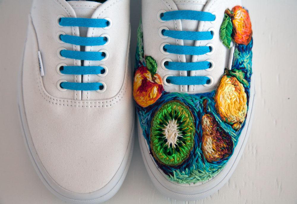ricami-multicolore-fauna-racchette-scarpe-recinzioni-danielle-clough-05