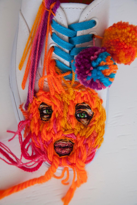 ricami-multicolore-fauna-racchette-scarpe-recinzioni-danielle-clough-06