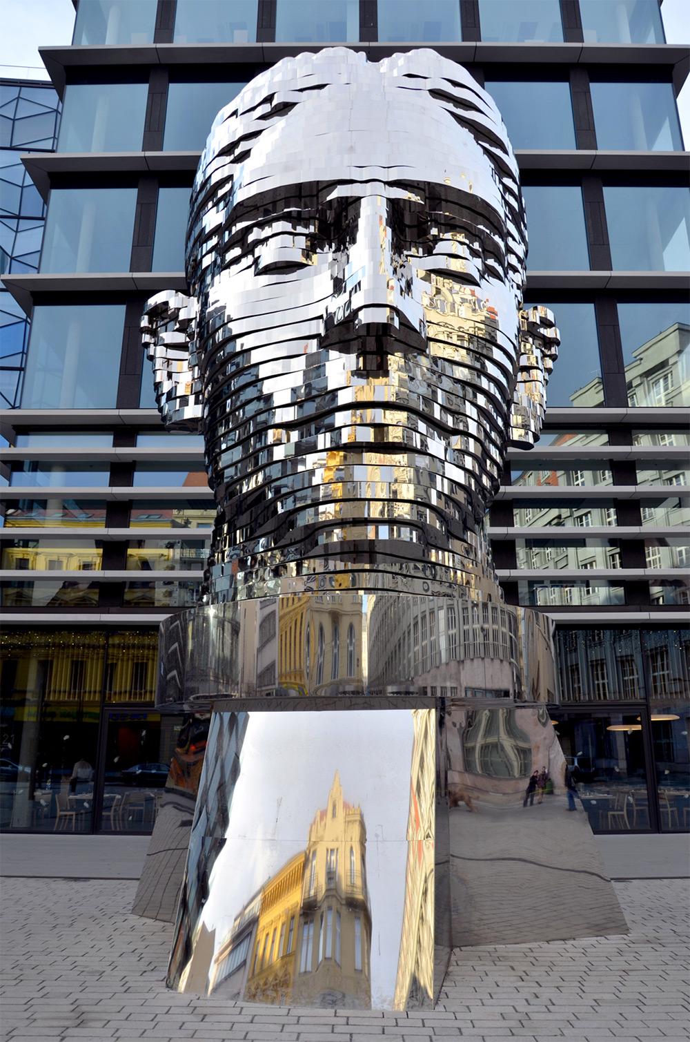 scultura-testa-kafka-rotante-praga-david-cerny-1