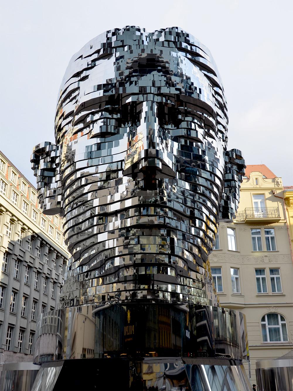 scultura-testa-kafka-rotante-praga-david-cerny-2