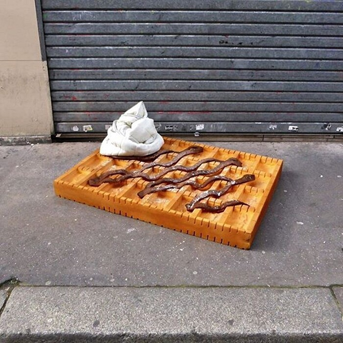 street-art-ricicla-materassi-vecchi-sculture-cibi-parigi-lor-k-3