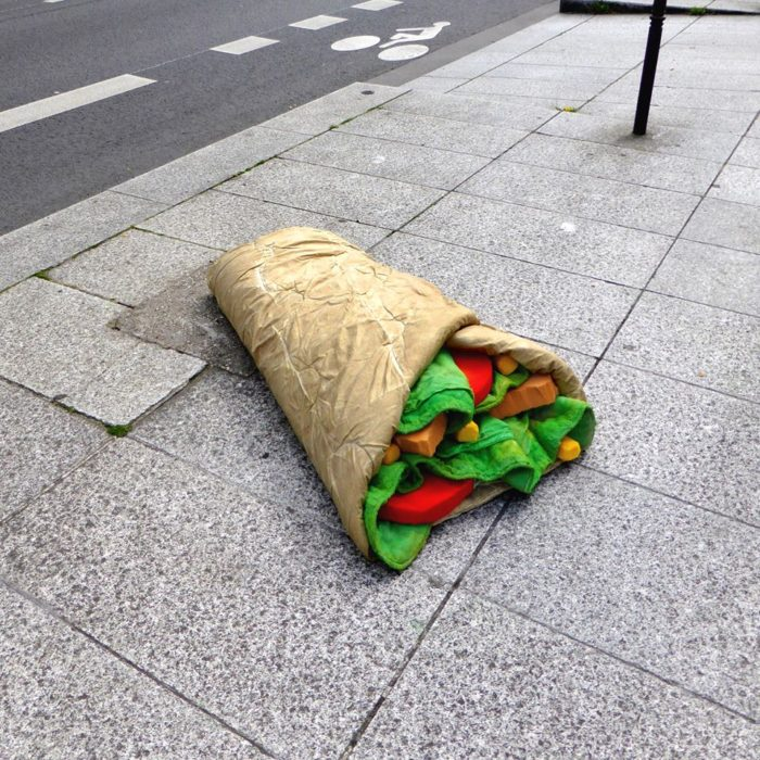 street-art-ricicla-materassi-vecchi-sculture-cibi-parigi-lor-k-8