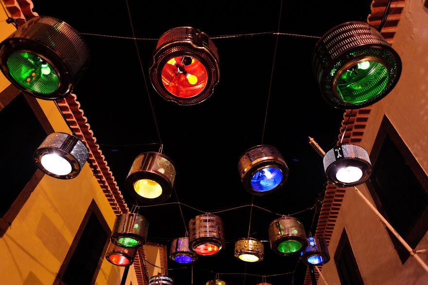 133-tamburi-lavatrici-usate-trasformate-luci-strade-portogallo-3