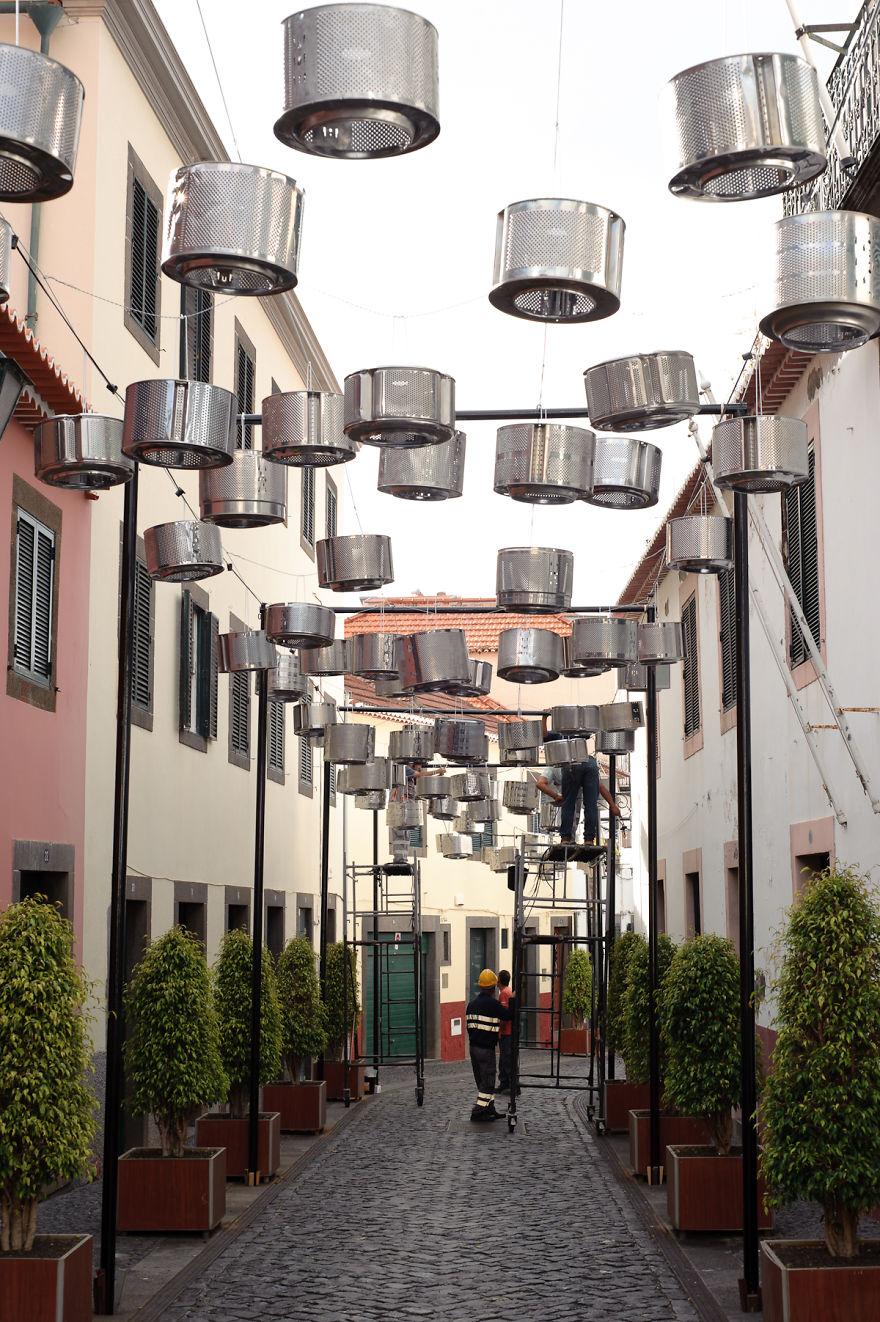 133-tamburi-lavatrici-usate-trasformate-luci-strade-portogallo-4