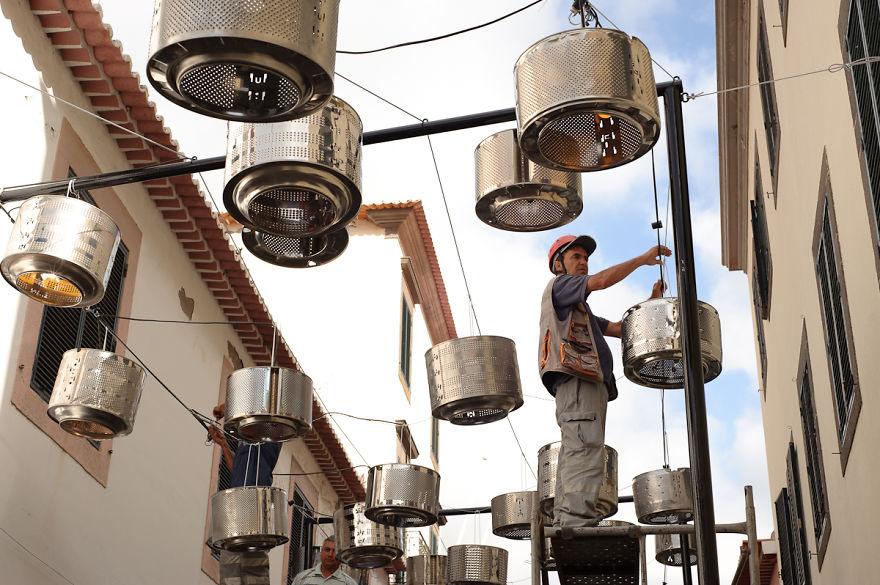 133-tamburi-lavatrici-usate-trasformate-luci-strade-portogallo-6