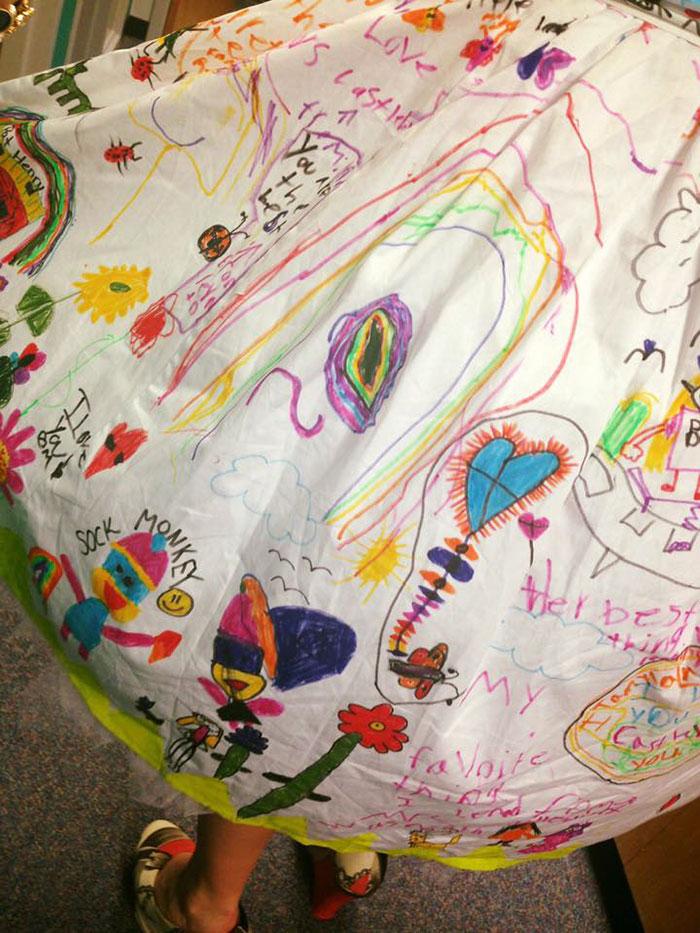 bambini-disegnano-vestito-insegnante-chris-sharee-castlebury-5