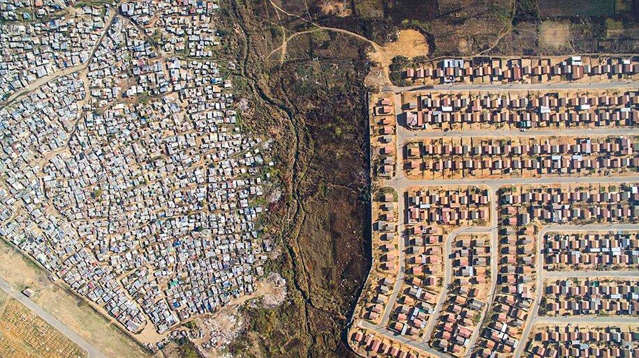 foto-drone-linee-divisione-ricchi-poveri-repubblica-sud-africa-johnny-miller-01