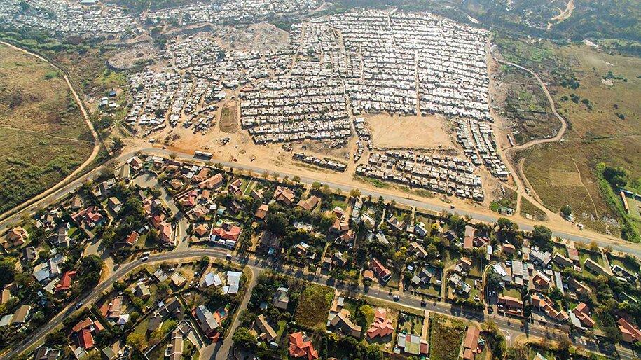 foto-drone-linee-divisione-ricchi-poveri-repubblica-sud-africa-johnny-miller-09