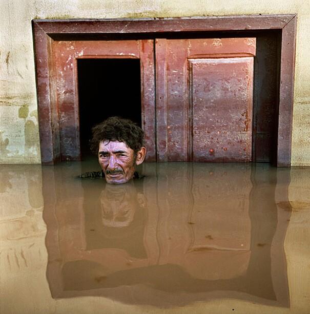 fotografie-effetti-cambiamenti-climatici-drowning-world-gideon-mendel-01