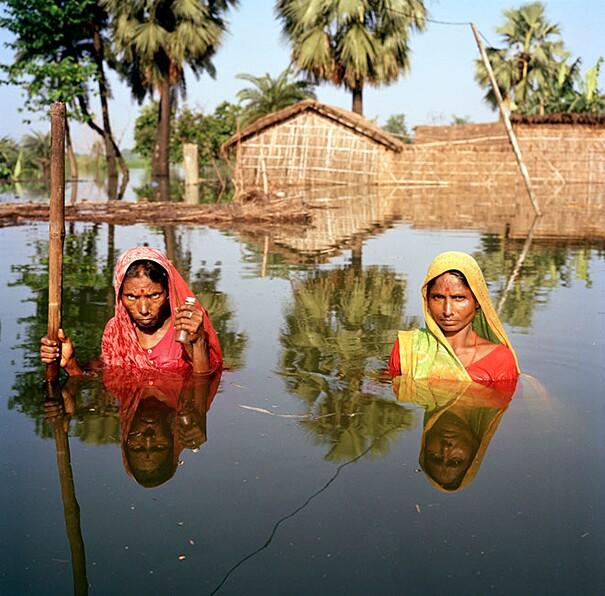 fotografie-effetti-cambiamenti-climatici-drowning-world-gideon-mendel-04