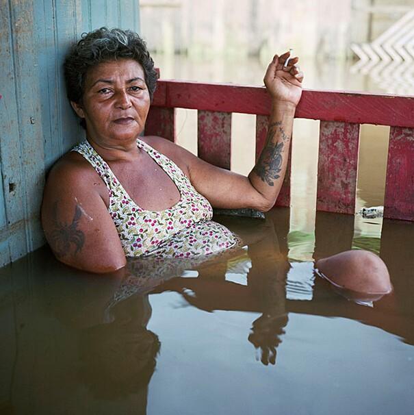 fotografie-effetti-cambiamenti-climatici-drowning-world-gideon-mendel-09