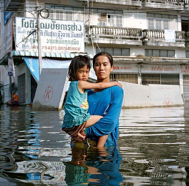 fotografie-effetti-cambiamenti-climatici-drowning-world-gideon-mendel-15