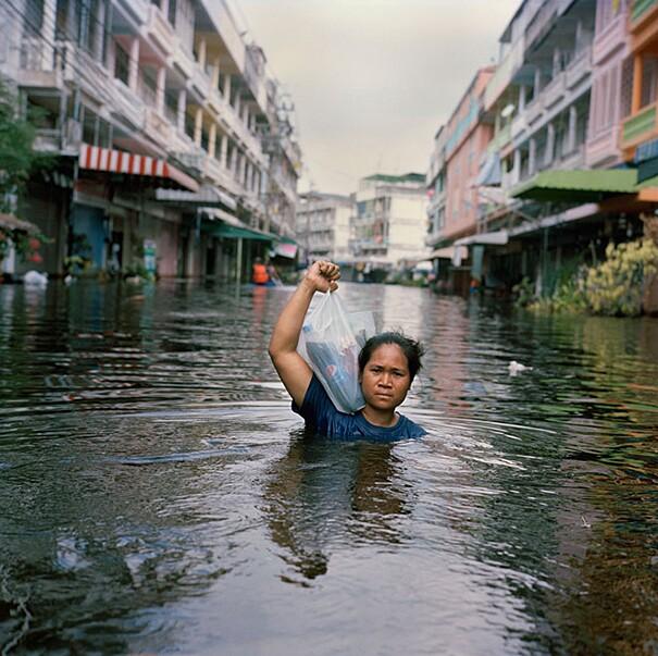 fotografie-effetti-cambiamenti-climatici-drowning-world-gideon-mendel-16