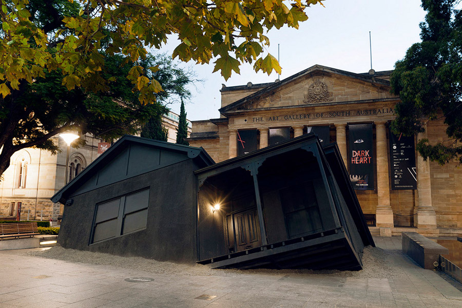 installazioni-arte-case-deturpate-ian-strange-suburban-01