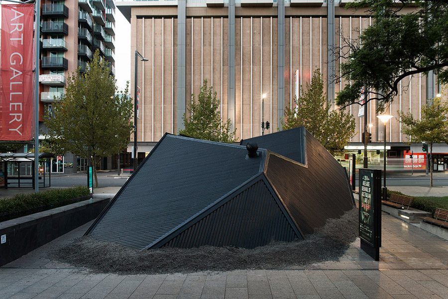 installazioni-arte-case-deturpate-ian-strange-suburban-04