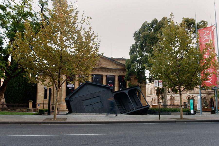 installazioni-arte-case-deturpate-ian-strange-suburban-05