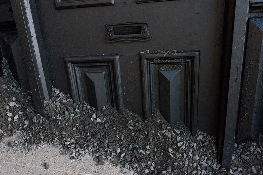 installazioni-arte-case-deturpate-ian-strange-suburban-06