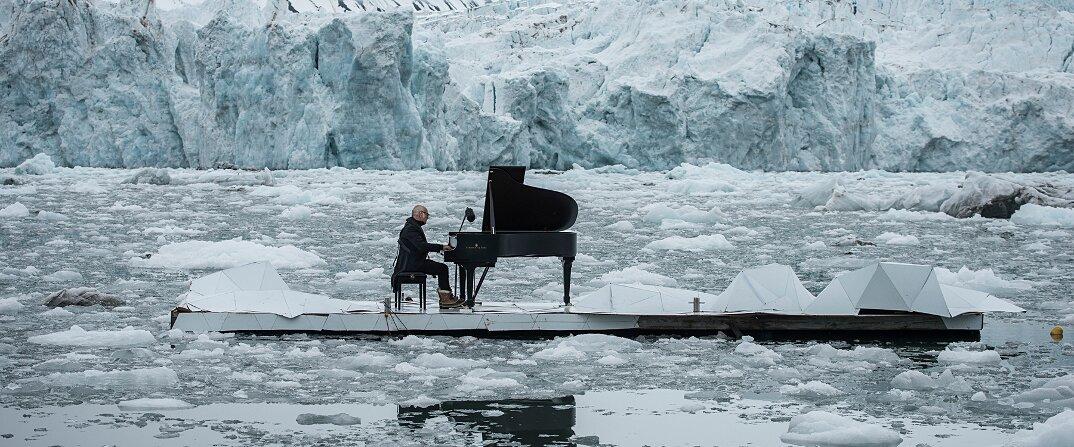 ludovico-einaudi-suona-piano-mare-artico-greenpeace-09