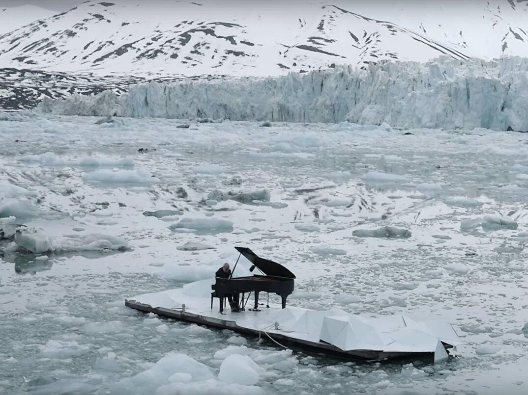 ludovico-einaudi-suona-piano-mare-artico-greenpeace-12