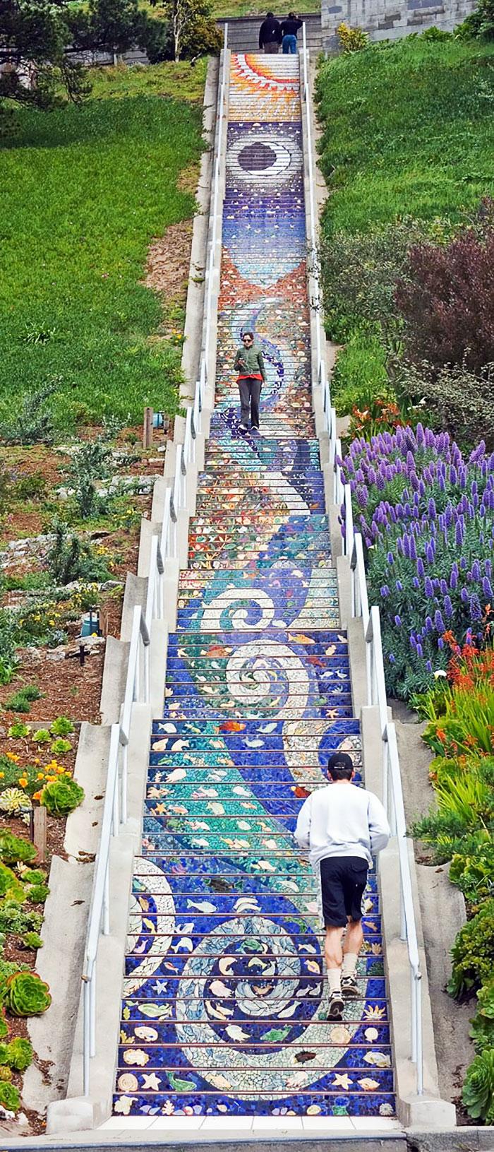 scalinata-san-francisco-mosaico-piastrelle-colorate-splende-notte-2