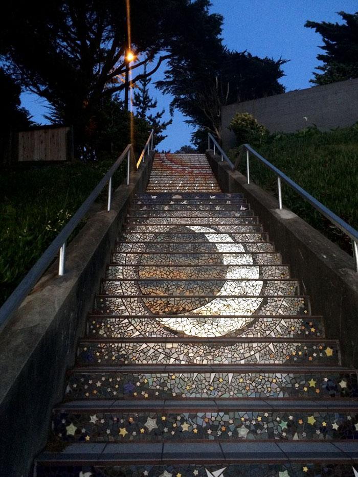 scalinata-san-francisco-mosaico-piastrelle-colorate-splende-notte-4