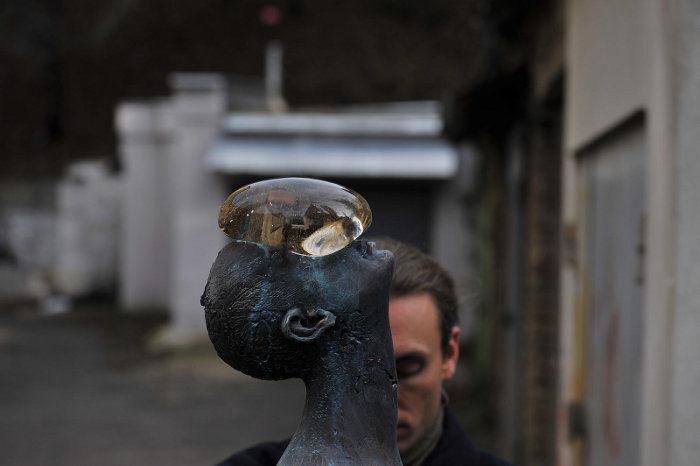 scultura-bronzo-vetro-goccia-pioggia-uomo-rain-bilyk-nazar-09