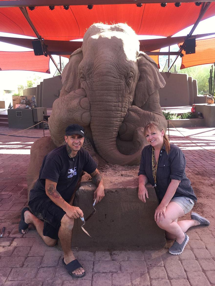 scultura-gigante-sabbia-elefante-gioca-scacchi-topo-ray-villafane-1