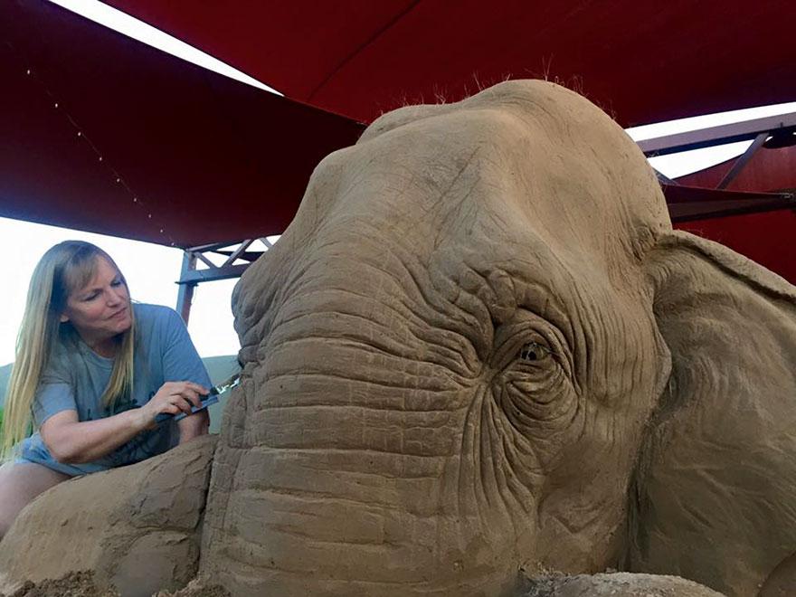 scultura-gigante-sabbia-elefante-gioca-scacchi-topo-ray-villafane-2