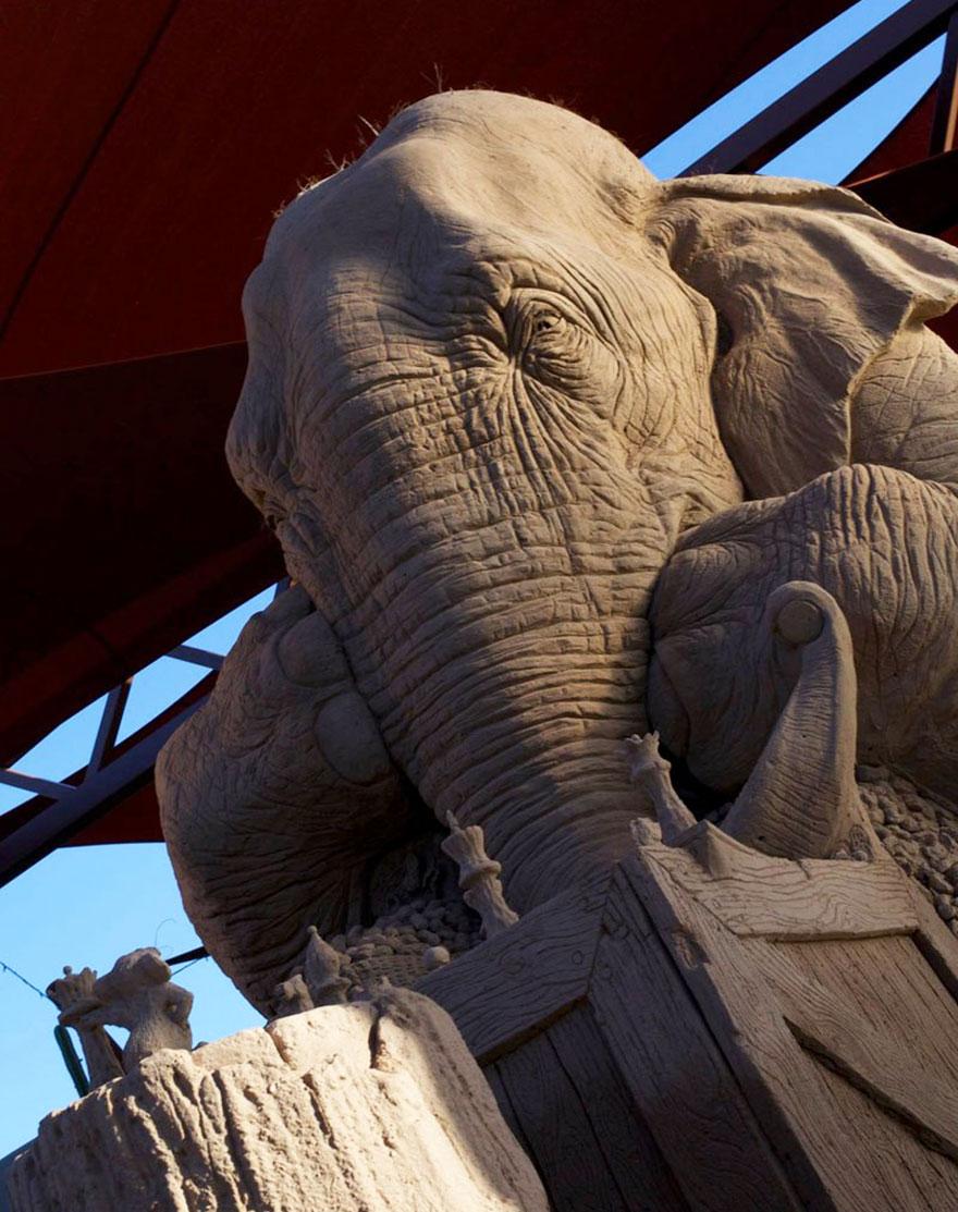 scultura-gigante-sabbia-elefante-gioca-scacchi-topo-ray-villafane-4