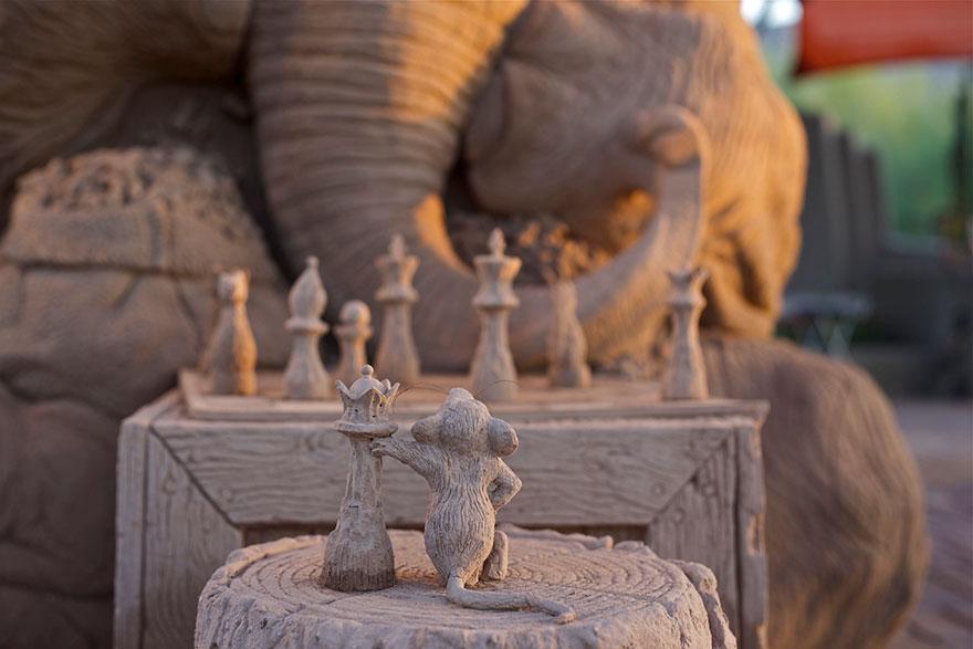 scultura-gigante-sabbia-elefante-gioca-scacchi-topo-ray-villafane-5