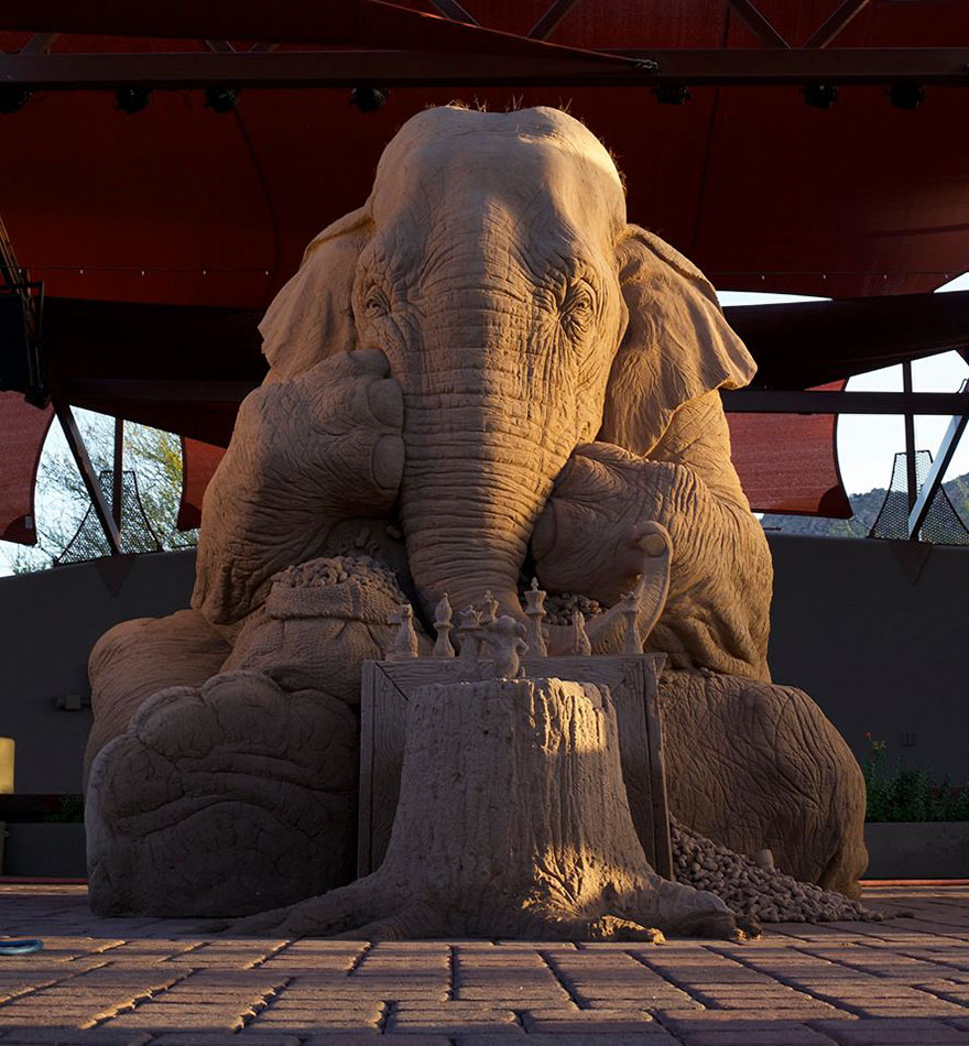 Scultura alternativa... Scultura-gigante-sabbia-elefante-gioca-scacchi-topo-ray-villafane-9