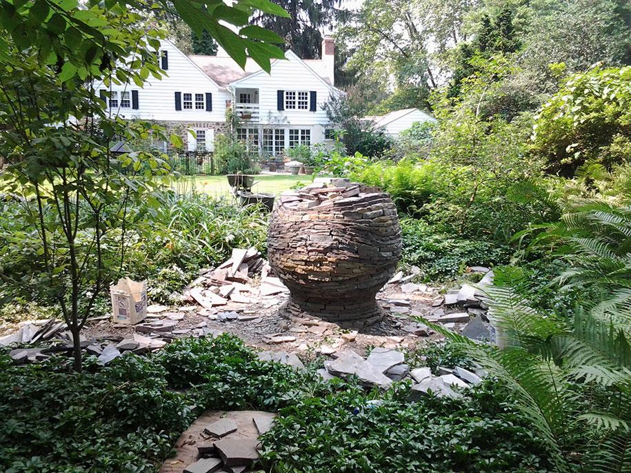 sfera-pietre-accatastate-giardino-devin-devine-1