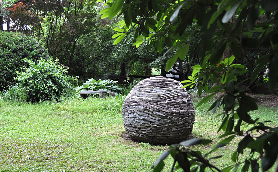 sfera-pietre-accatastate-giardino-devin-devine-2