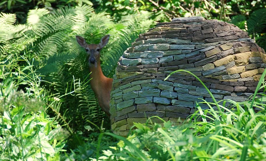 sfera-pietre-accatastate-giardino-devin-devine-3