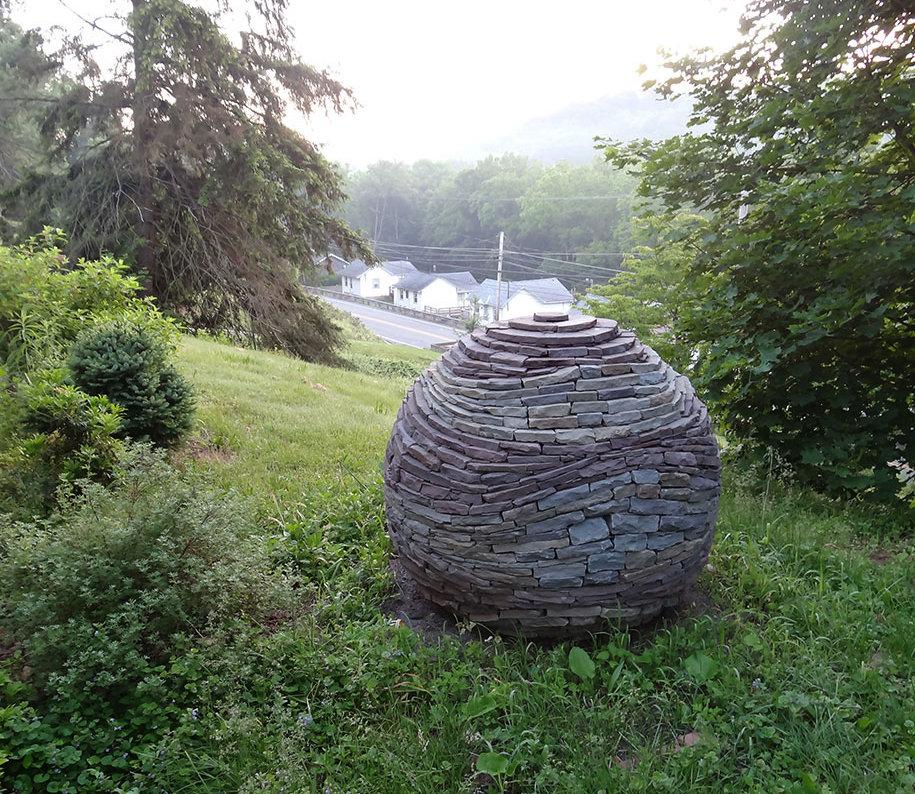sfera-pietre-accatastate-giardino-devin-devine-4