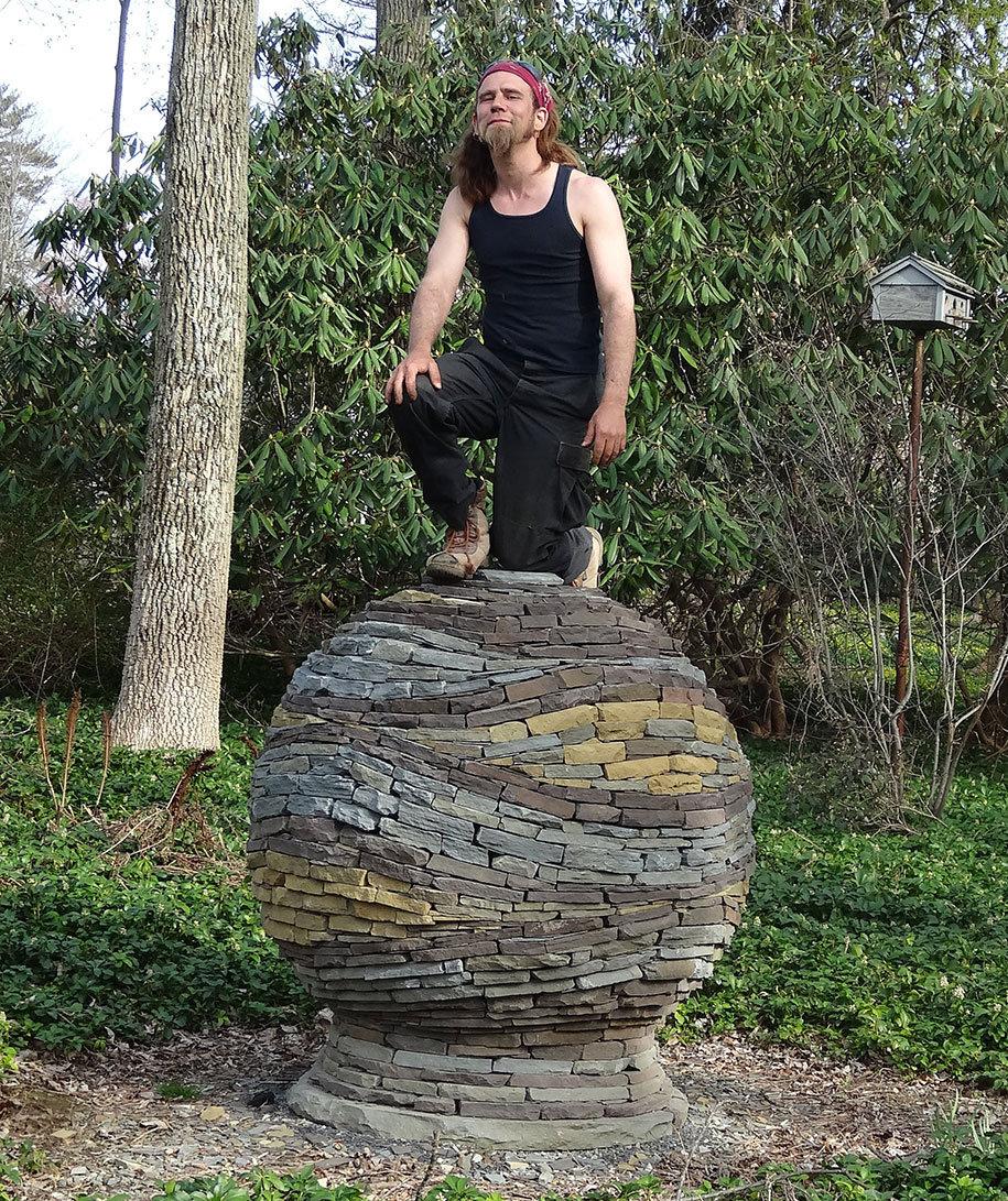 sfera-pietre-accatastate-giardino-devin-devine-5