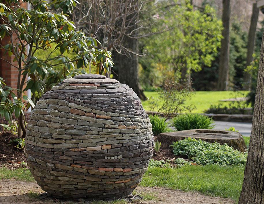 sfera-pietre-accatastate-giardino-devin-devine-7