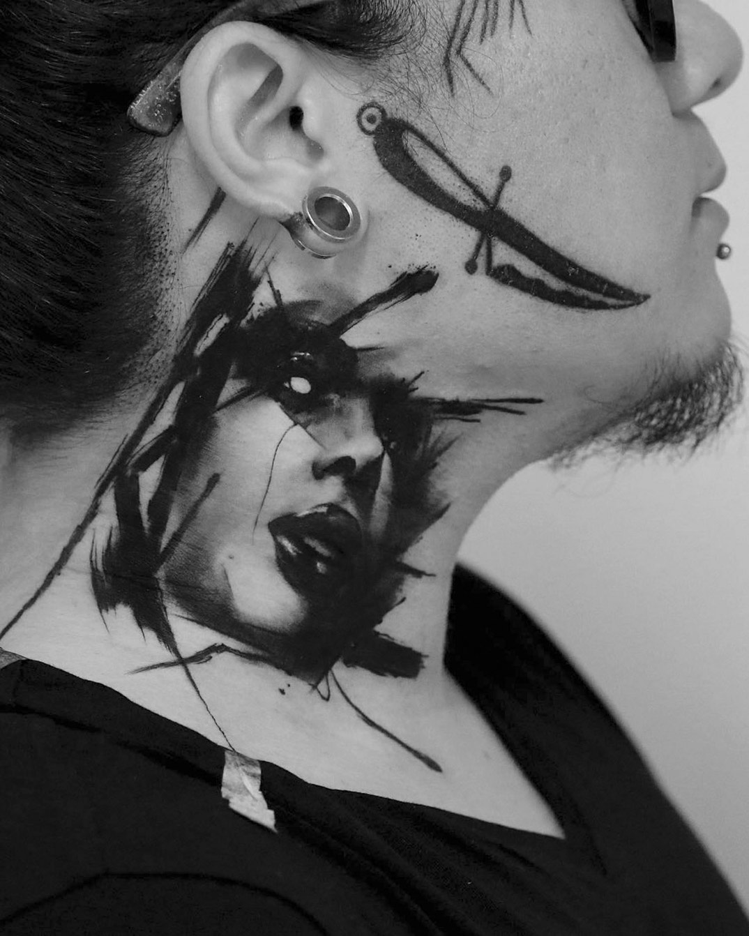 drammatici-ritratti-misteriosi-tatuaggi-monocromatici-kurt-staudinger-02