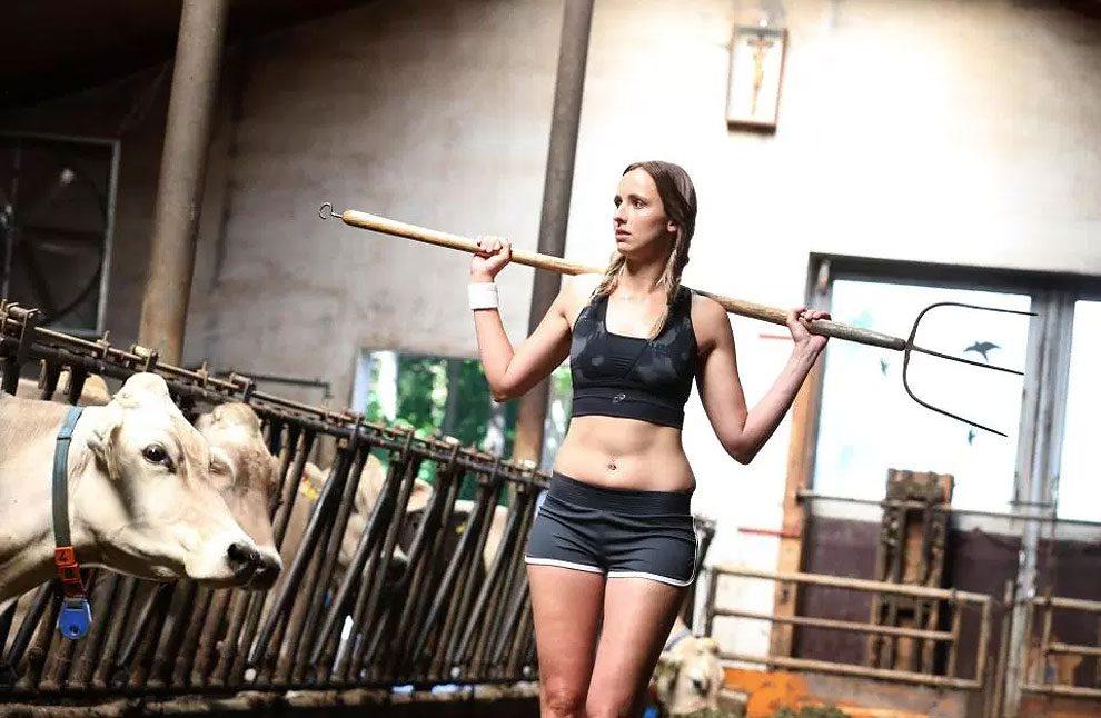 mogli-agricoltori-posano-sexy-calendario-fattoria-03