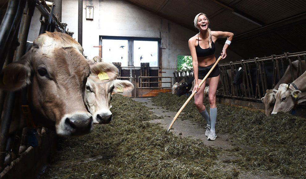 mogli-agricoltori-posano-sexy-calendario-fattoria-05