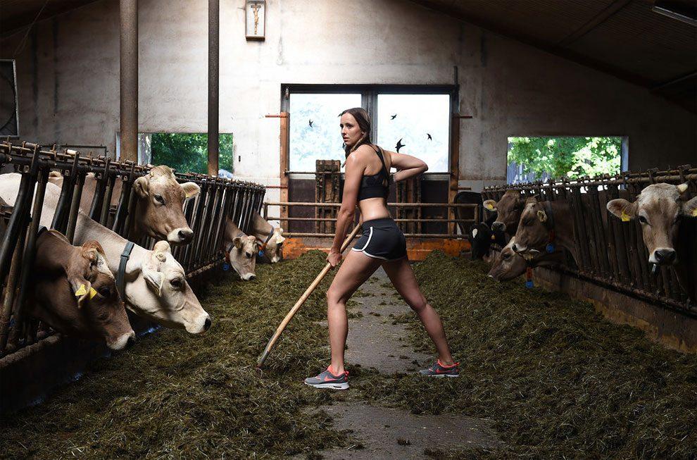 mogli-agricoltori-posano-sexy-calendario-fattoria-06