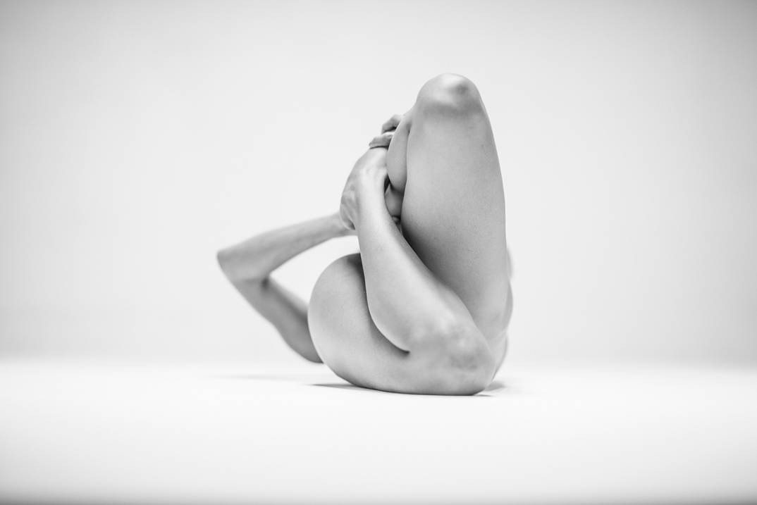 potenti-foto-monocromatiche-corpo-contorto-nudo-lovis-ostenrik-01