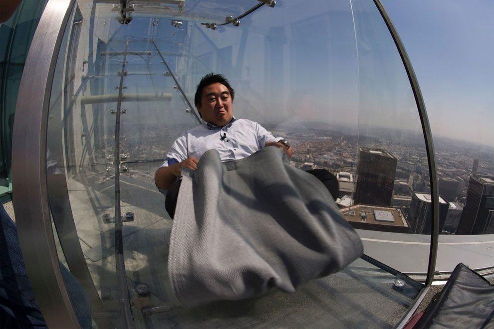 Uno scivolo di vetro sospeso a 305 metri dal suolo a los for Migliori cabin charter nel sud della california