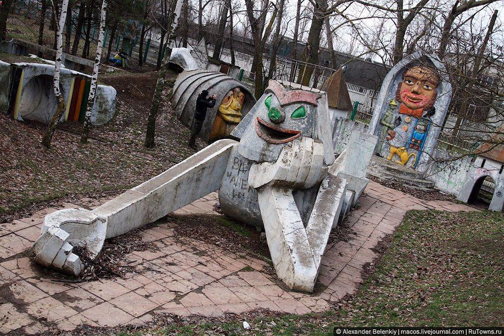 spaventoso-parco-giochi-abbandonato-ucraina-foto-01
