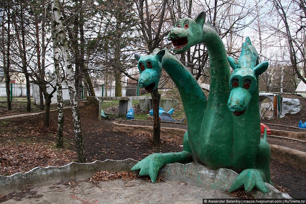spaventoso-parco-giochi-abbandonato-ucraina-foto-04