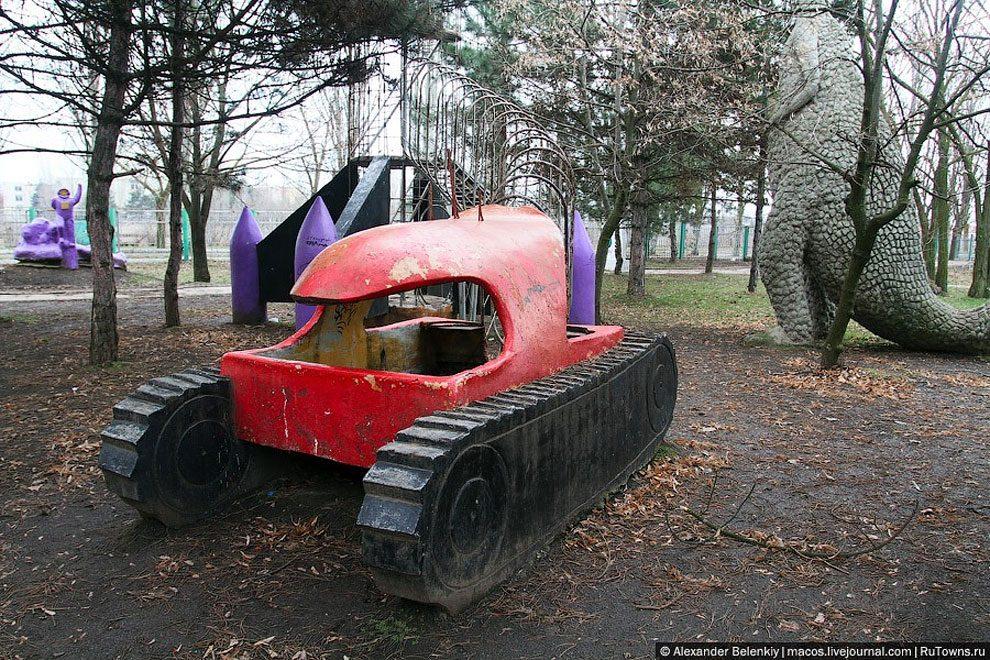 spaventoso-parco-giochi-abbandonato-ucraina-foto-05