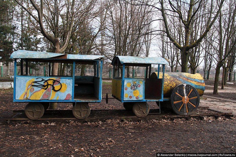 spaventoso-parco-giochi-abbandonato-ucraina-foto-06