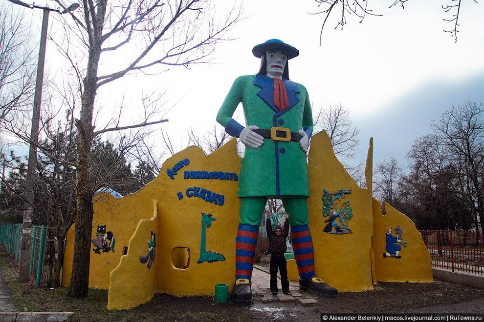 spaventoso-parco-giochi-abbandonato-ucraina-foto-10