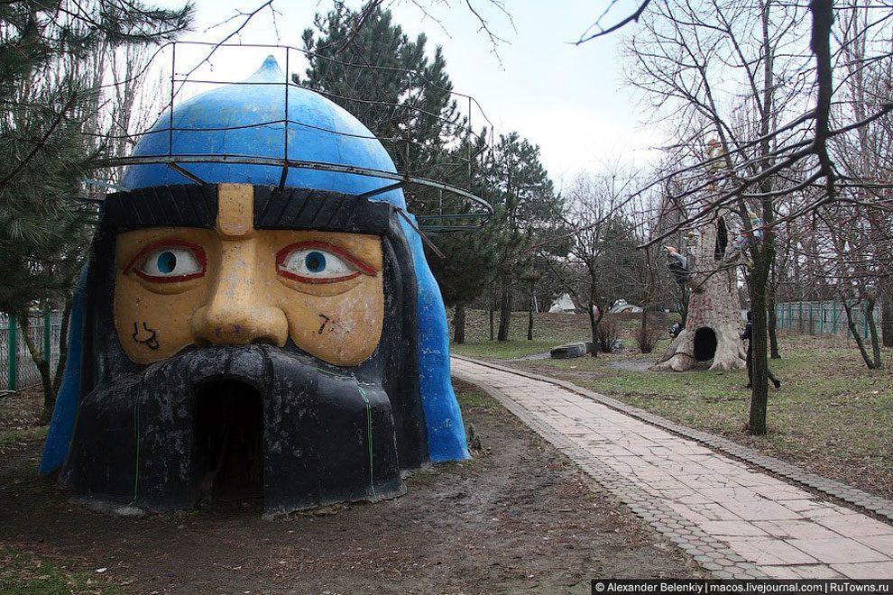 spaventoso-parco-giochi-abbandonato-ucraina-foto-12