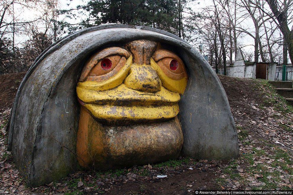 spaventoso-parco-giochi-abbandonato-ucraina-foto-15